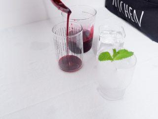 梦幻蓝莓冰饮,取一玻璃杯,加入适量的蓝莓汁