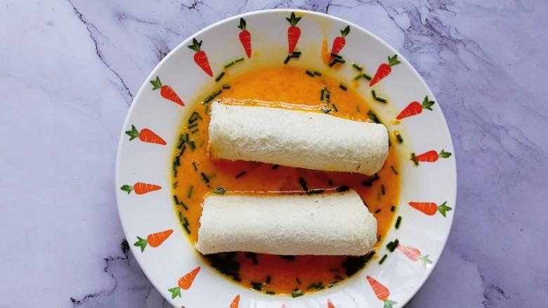肉松吐司卷,将吐司卷放入蛋液内,让表面均匀的裹上蛋液混合物