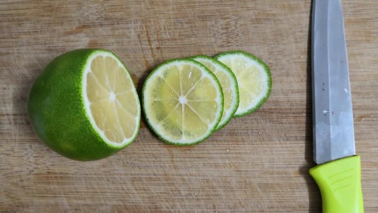 石榴气泡鸡尾酒,把洗干净的柠檬,切片,备用