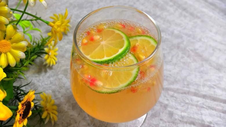 石榴气泡鸡尾酒,酸酸甜甜的石榴气泡鸡尾酒,就做好了
