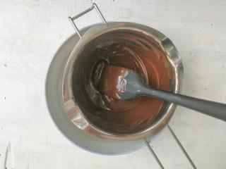 巧克力双色雪糕,完全融化的黑巧克力呈丝滑无颗粒状