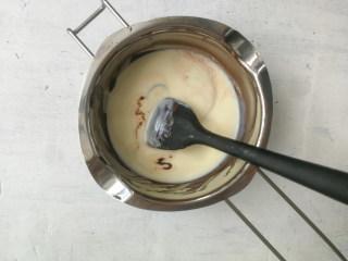 巧克力双色雪糕,取150g晾凉的奶糊加入融化的巧克力液中