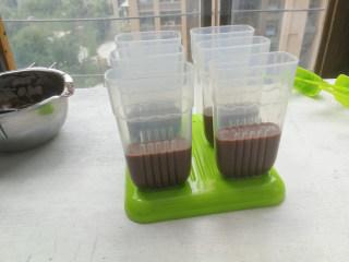 巧克力双色雪糕,将巧克力味雪糕加入雪糕模到一半位置,将雪糕模送入冰箱冷冻1小时,取出再倒入原味雪糕奶糊,倒满模具即可,插入雪糕棒,送入冰箱冷冻12小时以上