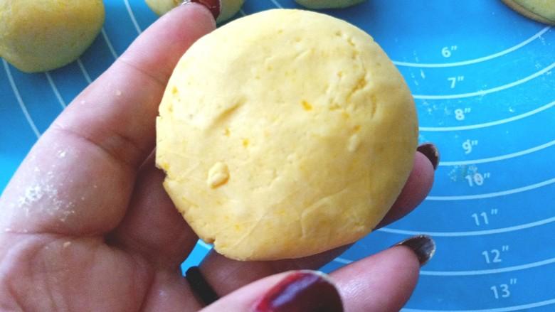 南瓜糯米夹心饼,揉好的剂子压成和饼干大小的饼,放饼干上