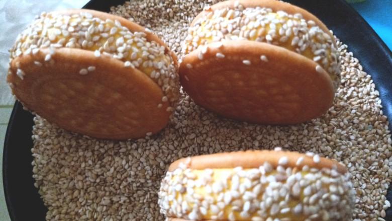 南瓜糯米夹心饼,滚上芝麻