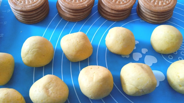 南瓜糯米夹心饼,搓成长条,揪出同等大小的剂子,45克一个