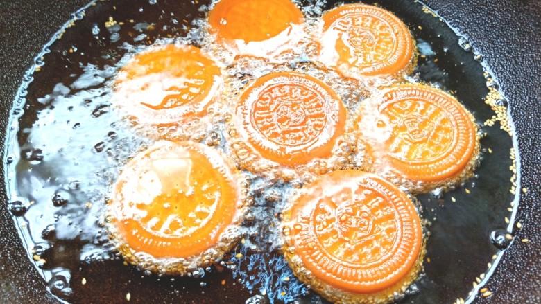 南瓜糯米夹心饼,全程小火炸至两面金黄中间膨胀就可以出锅了
