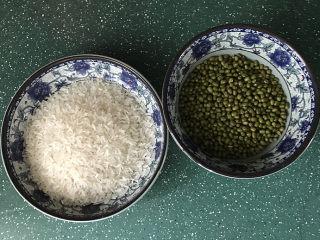 绿豆粥,准备好新鲜绿豆和大米
