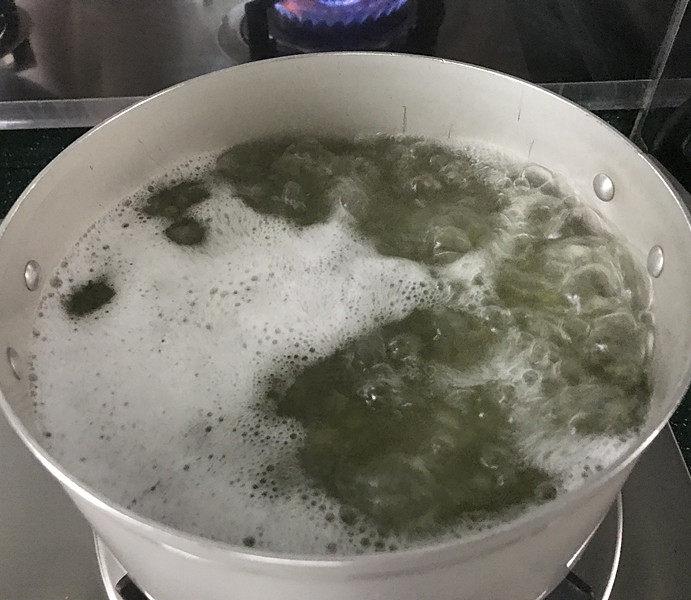 绿豆粥,煮沸腾把火关掉,合上盖子焖15~20分钟左右;这时你可以到旁边凉快去了