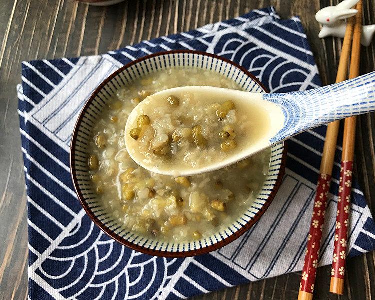 绿豆粥,一道清凉解暑、浓稠软糯又好吃的绿豆粥就做好了,是不是简单快捷又方便啊?