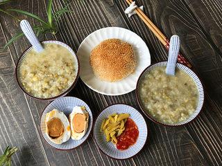 绿豆粥,再配上咸菜、辣酱和主食,真是太舒服了