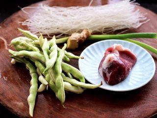 芸豆肉片炖粉条,把所有的食材备齐。