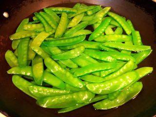 腊肠炒荷兰豆丝,锅中烧开水放入荷兰豆焯水至变色即可时间不要太长影响口感还易营养流失