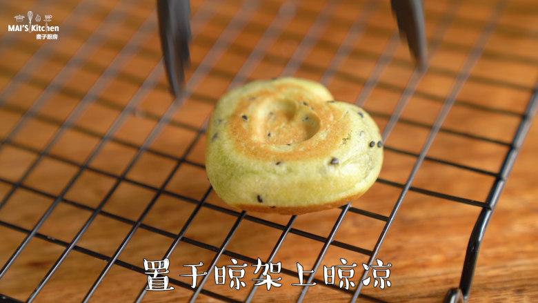 清香【抹茶麻薯】颜值和美味并存,取出置于晾架晾凉