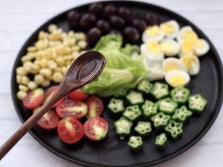 满园春色之蔬菜水果沙拉,这个时候加入橄榄油。