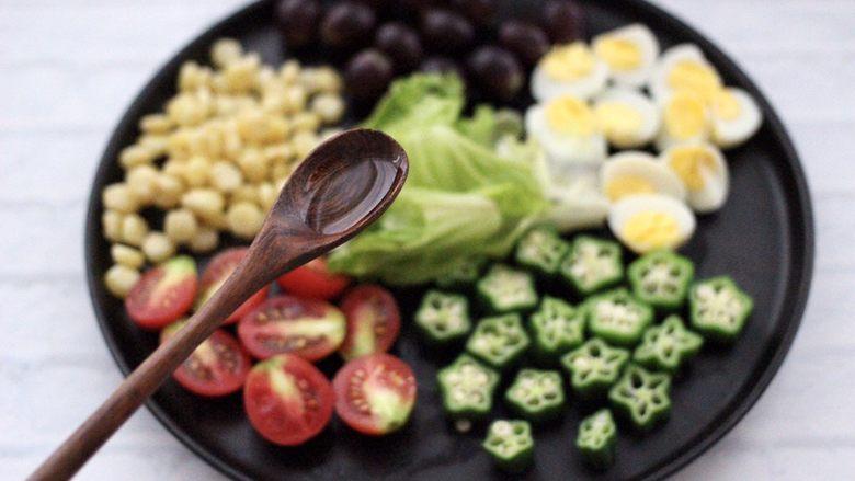 满园春色之蔬菜水果沙拉,这个时候加入<a style='color:red;display:inline-block;' href='/shicai/ 851'>橄榄油</a>。