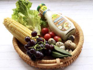 满园春色之蔬菜水果沙拉,玉米我是提前煮熟的,准备好其它的所有食材。