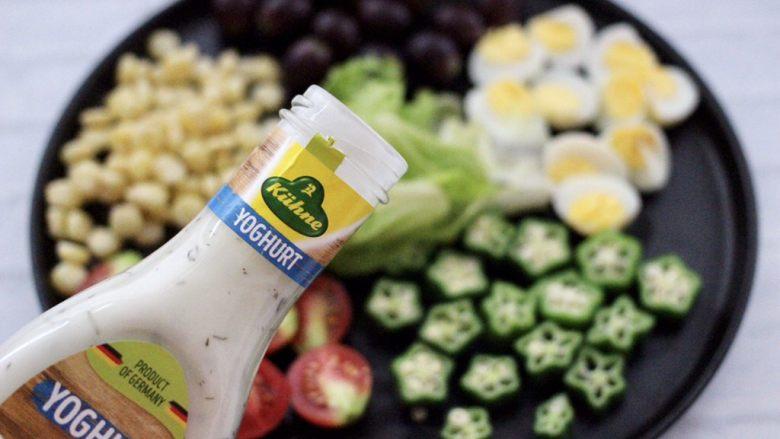 满园春色之蔬菜水果沙拉,再倒入酸乳酪沙拉酱,搅拌均匀即可。