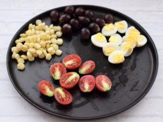 满园春色之蔬菜水果沙拉,再把洗净的小番茄,用刀一切两半。