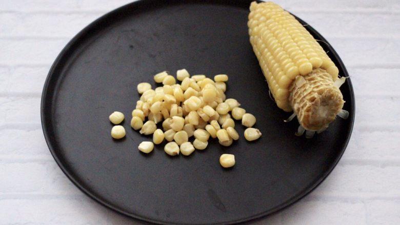 满园春色之蔬菜水果沙拉,把煮熟的玉米,剥出玉米粒。