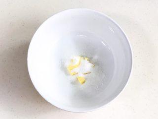 旺旺小馒头,黄油切块软化后加糖粉,用刮刀拌匀。