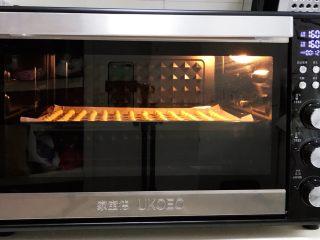 旺旺小馒头,入预热好的烤箱中,上下火160度,烤12分钟,温度和时间依各自烤箱情况调整,最后3分钟注意观察小馒头表面上色情况,烤至表面微黄即可出炉。