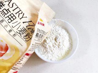 旺旺小馒头,把低筋面粉、玉米淀粉、糖粉、奶粉和泡打粉混合。