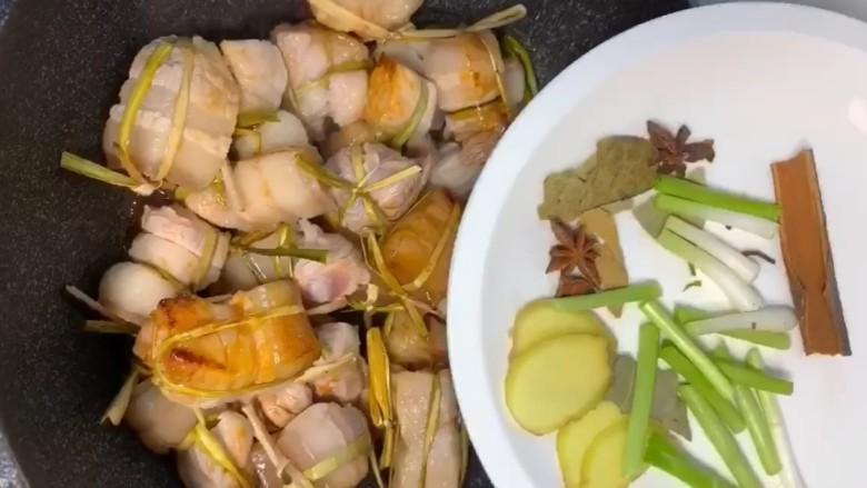 粽香五花肉,放入葱,姜,八角,桂皮,香叶