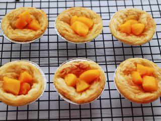 蓝莓黄桃酸奶蛋挞,蛋挞皮里,依次放入切丁的黄桃。