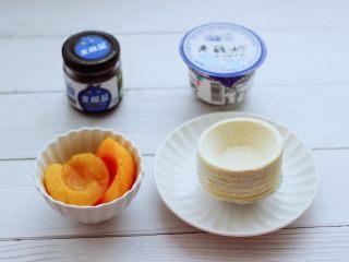 蓝莓黄桃酸奶蛋挞,先把食材备齐,酸奶我用的是<a style='color:red;display:inline-block;' href='/shicai/ 5721/'>老酸奶</a>,口感细腻又纯正。