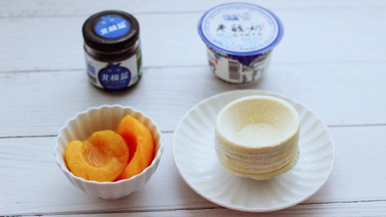 蓝莓黄桃酸奶蛋挞,先把食材备齐,酸奶我用的是老酸奶,口感细腻又纯正。