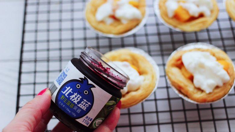 蓝莓黄桃酸奶蛋挞,这个时候再倒入蓝莓酱。