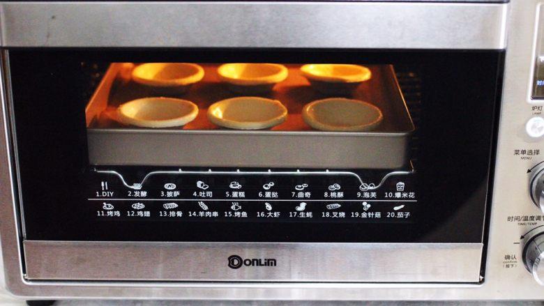 蓝莓黄桃酸奶蛋挞,上下管200度烤15分钟即可。