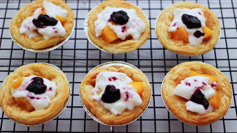 蓝莓黄桃酸奶蛋挞,把做好的蛋挞,稍微整一下型即可。