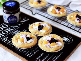 蓝莓黄桃酸奶蛋挞,酸酸甜甜好味道,闺蜜一口气吃完4个。