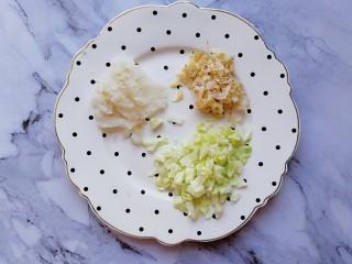 卷心菜鳕鱼虾皮蛋饼,卷心菜切碎,鳕鱼切碎,浸泡好的虾皮沥干水分切碎