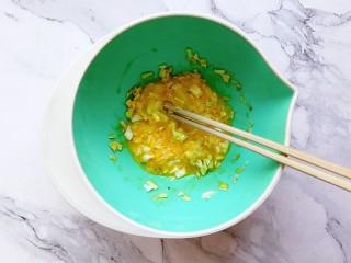 卷心菜鳕鱼虾皮蛋饼,搅拌均匀