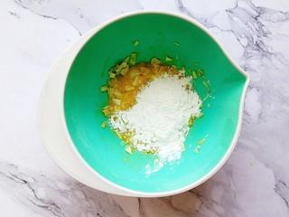 卷心菜鳕鱼虾皮蛋饼,倒入面粉继续搅拌均匀