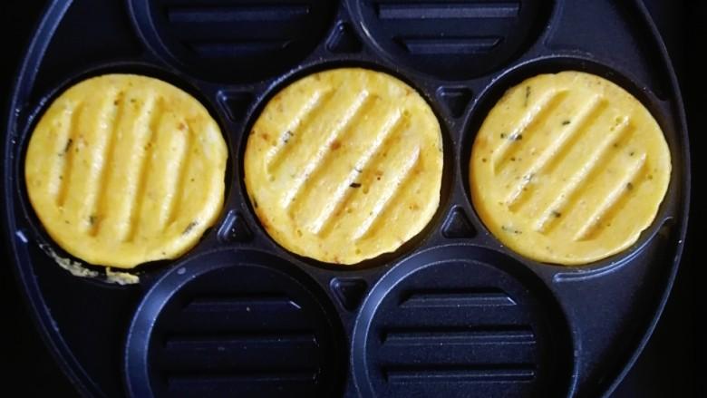 卷心菜鳕鱼虾皮蛋饼,小火慢煎至两面微黄就可以出锅啦
