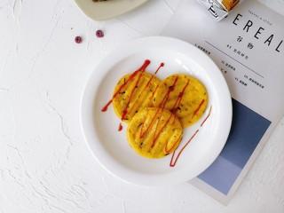 卷心菜鳕鱼虾皮蛋饼,可以挤上适量的番茄酱,开吃!