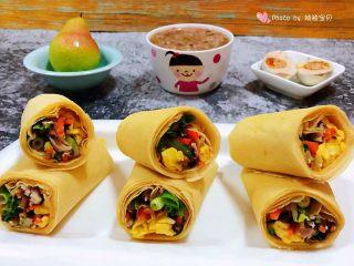 鸡蛋时蔬煎饼卷,搭配一碗大米绿豆粥、鸭蛋、鸭梨就是标配的早餐