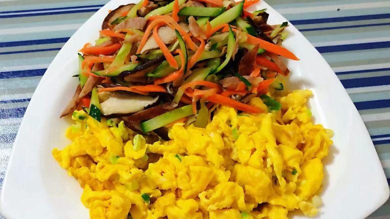 鸡蛋时蔬煎饼卷,炒制好的鸡蛋和时蔬装入盘中备用
