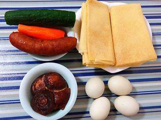 鸡蛋时蔬煎饼卷,准备原材料煎饼、鸡蛋、香菇、香肠、黄瓜、胡萝卜备用