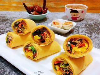鸡蛋时蔬煎饼卷,对于就爱好吃肉的小伙伴来说早餐也要吃肉肉哦
