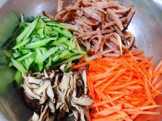 鸡蛋时蔬煎饼卷,黄瓜、胡萝卜、香菇、香肠切成丝