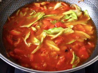包菜番茄花蛤汤,看见包菜断生后,锅中倒入适量的清水。