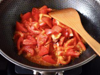 包菜番茄花蛤汤,加入切块的番茄,大火继续翻炒片刻。