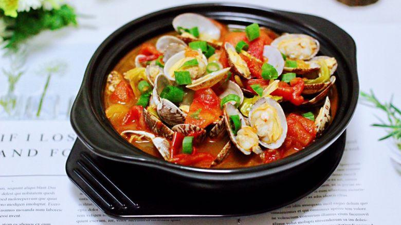 包菜番茄花蛤汤,鲜美无比又营养丰富的包菜番茄花蛤汤,完美出锅咯,好喝到爆,我一个人就可以全部干掉一锅哟。