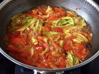 包菜番茄花蛤汤,大火煮沸后,中火继续炖煮10分钟左右。