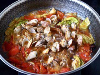 包菜番茄花蛤汤,盖上锅盖大火烧开,看见所有的花蛤都开口后。